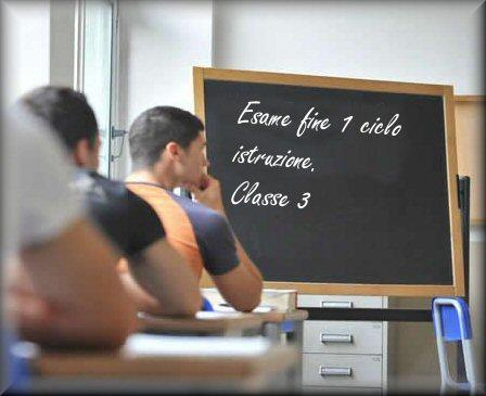 Foto di alunni impegnati nell'esame di Stato